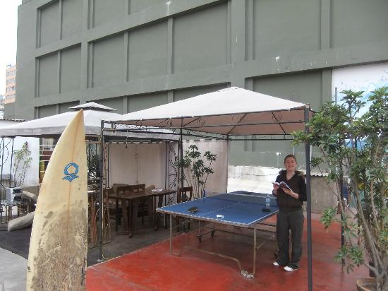 K'usillu's Hostel Backpackers: Terrace with a ping pong table