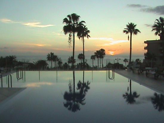 HOVIMA Costa Adeje: sunset over infinity pool