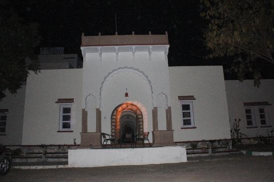 Fatehpur, India: Hotel Haveli entrance during power cut:)