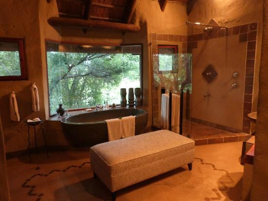 Lukimbi Safari Lodge: Our room (bathroom)
