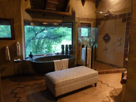 Lukimbi Safari Lodge: the bathroom