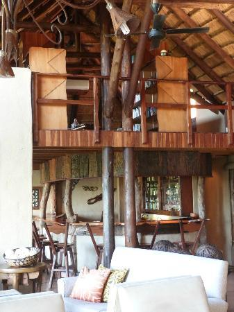 Lukimbi Safari Lodge: The bar