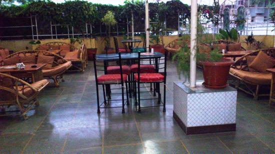 Hotel Shree Maya: terrace restaurant