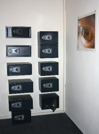 Hostel California: Safe lockers