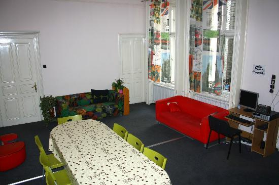 Hostel California: Living room