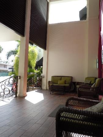 Daddy O Hotel: This is the front entry way seating area that was so pleasant.