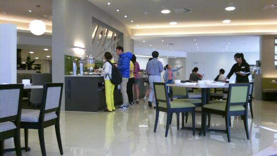 Sudima Auckland Airport Hotel: Self-service breakfast bar