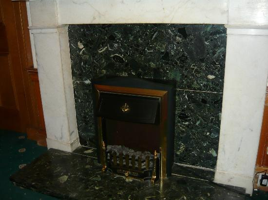 Eyre Guest House: Камин в холле