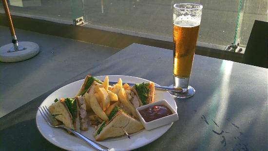 Sudima Auckland Airport Hotel: A Club sandwich and a glass of Lion Red. Mmmm