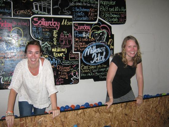 Milhouse Hostel Cusco: las chicas divirtiendose en el pelotero de la recepcion