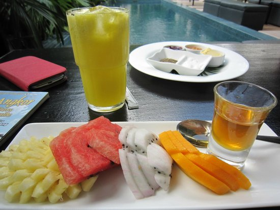 Kia Kaha Villa: Breakfast by the poolside