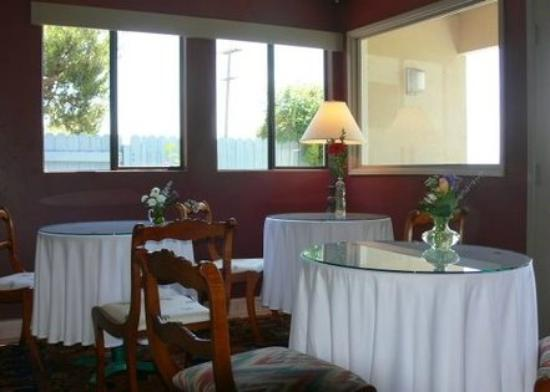 Inn at Moonlight Beach: The SunRoom (Breakfast room)