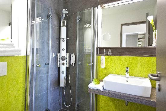 radlon Fahrrad-Komfort-Hotel: moderne Massagedusche