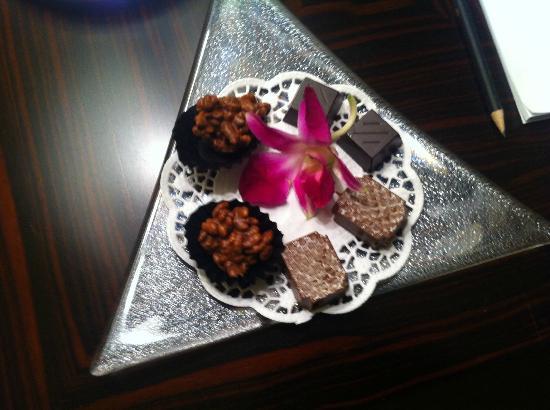 Mandarin Oriental, Prague: Begrüßung Pralinen am Zimmer