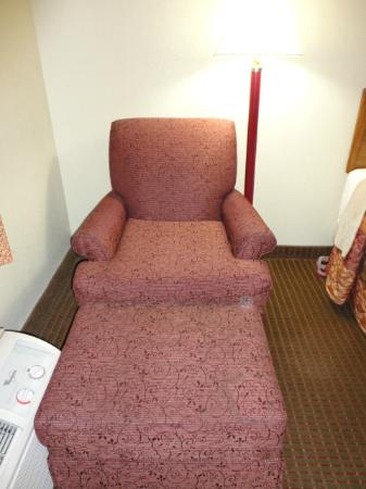 Days Inn Chattanooga Lookout Mountain West: chair w/ ottoman