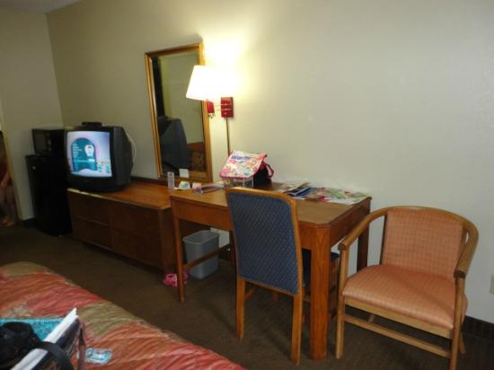 Days Inn Chattanooga Lookout Mountain West: tv/dresser/desk