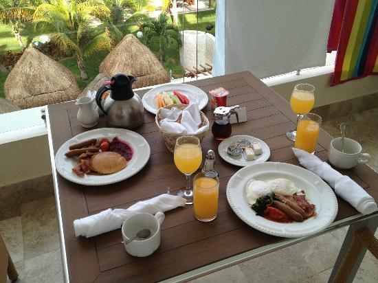 Excellence Playa Mujeres: Champagne breakfast