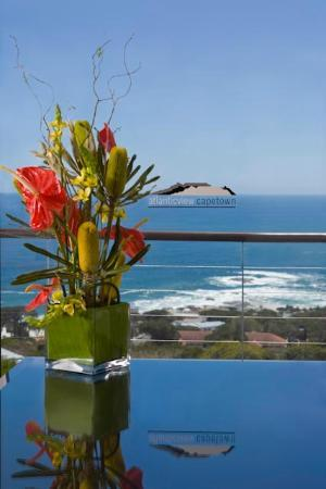 Atlanticview Cape Town Boutique Hotel: View from the Atlanticview Penthouse Suite and Zen Flowers