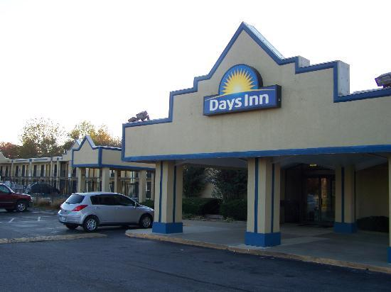 Days Inn Camp Springs Andrews AFB: Front of Days INN Camp Springs