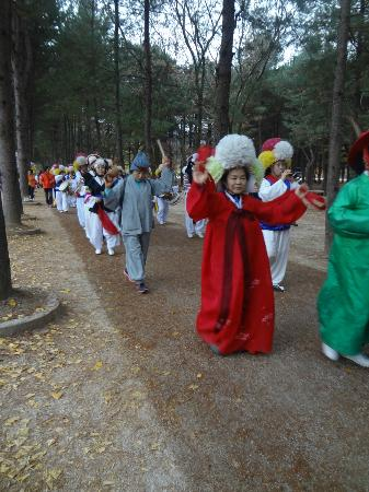Nami Island: the colorful folk parade