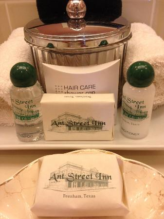 Ant Street Inn: Amenities in bathroom