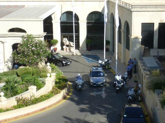 Excelsior Grand Hotel: Devant l'entrée de l'hôtel