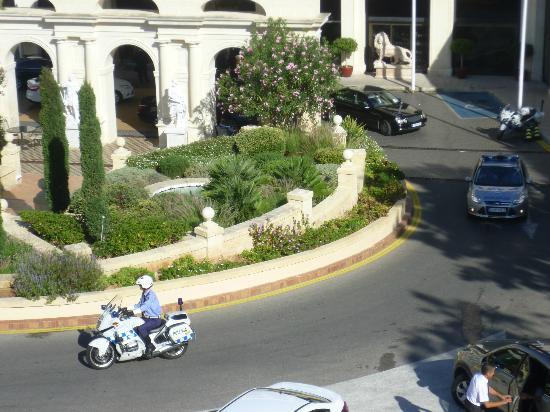 Excelsior Grand Hotel: Un défilé de voitures officielles