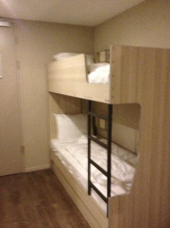 MEININGER Hotel Amsterdam City West: Litera con mini-mesillas y luz