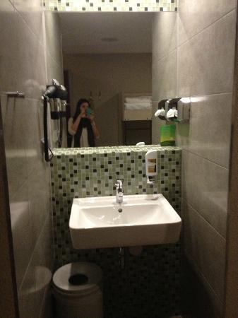 MEININGER Hotel Amsterdam City West: Lavabo con jabón de manos y secador de pelo
