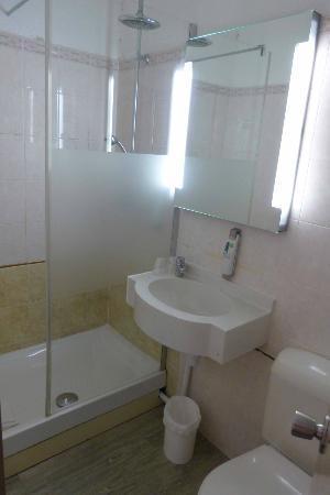 Ibis Styles Paris Alesia Montparnasse : Sale de bain de la chambre 26