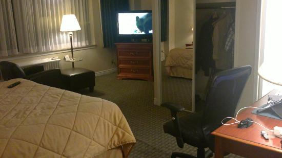 Comfort Hotel Downtown: Bed, television and room.