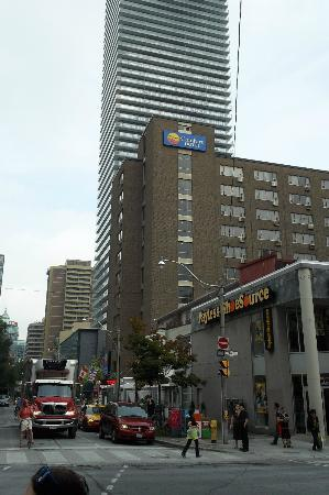 Comfort Hotel Downtown: The hotel seen from Yonge st.