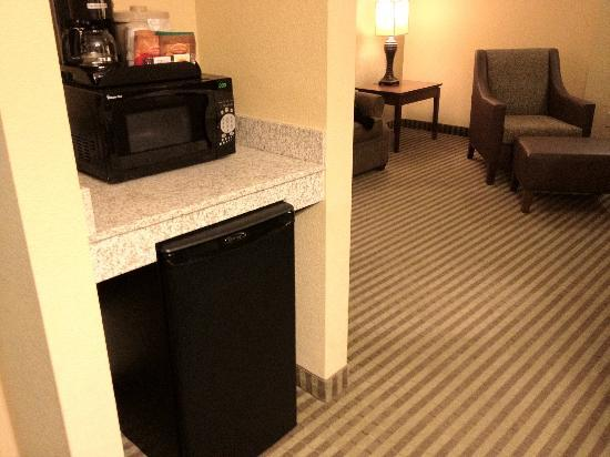 Days Inn Cheyenne: Fridge/Coffee/Micro station overlooking common area in suite