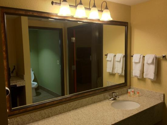Days Inn by Wyndham Cheyenne: Bathroom area in suite