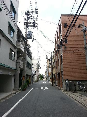 Kyoto Hana Hostel: The hostel is on the right-hand side, after crossing the traffic light outside Lawson on Shichij