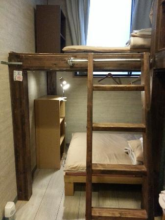 Kyoto Hana Hostel: 3-tier wooden rack and bedlight