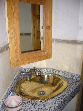 Riad Amira Victoria: Das Badezimmer mit Messingbecken