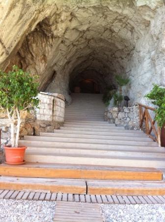Atahotel Capotaormina: il tunnel di roccia