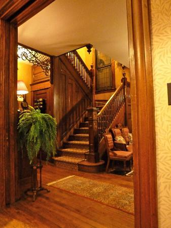 The 1899 Wright Inn and Carriage House: Staircase to upstairs rooms