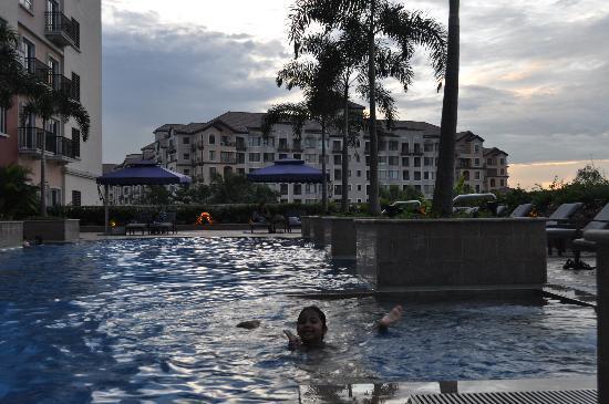 Manila Marriott Hotel: swimming pool
