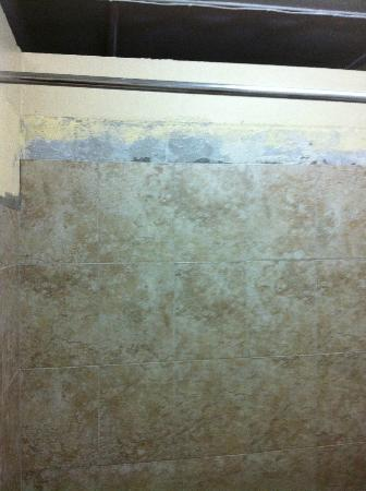 Still Beach House: Tiles falling of the wall - crazy this is