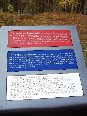 Schloss Rochsburg: Beschriftung auch in Blindenschrift