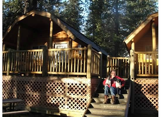 Leavenworth / Pine Village KOA : Big Kabin with our own deck, bbq grill and picnic table below