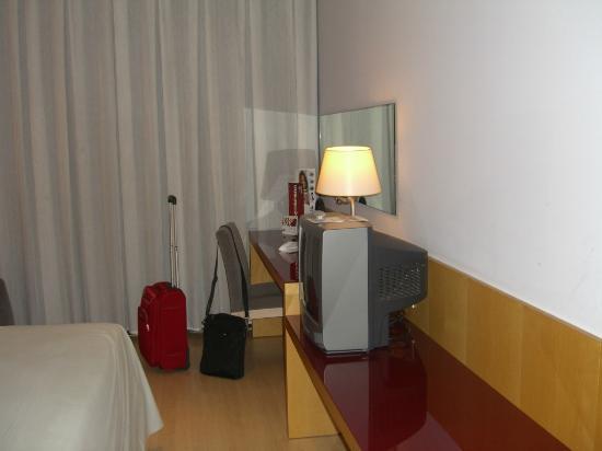 Tryp Barcelona Aeropuerto Hotel: Televisión y adyacentes