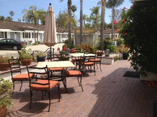 Marina Beach Motel: Patio in front of office for relaxing and breakfast
