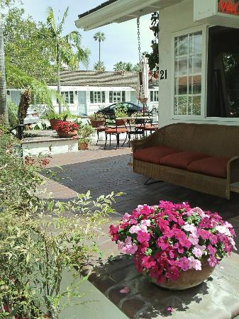 Marina Beach Motel: Swing on the patio outside of office
