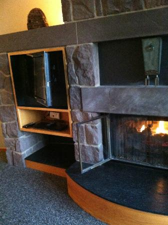 The Inn at Honey Run: Fireplace and TV inside loveing room area of room