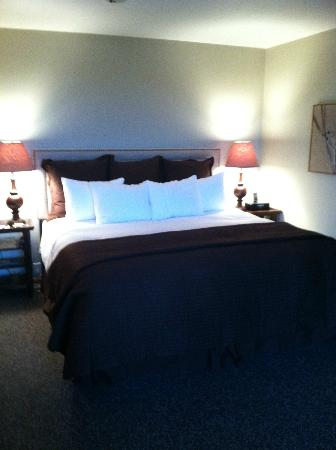 The Inn at Honey Run: honeycomb bedroom