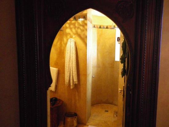 Riad Kniza: view to bathroom