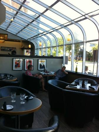 Olive Bistro and Lounge: Decor and view